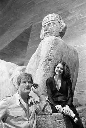 Sur le tournage de «Moonraker» avecLois Chiles, à Paris, en 1978.Charmeur à l'écran, Roger Moore cumulait également les conquêtes dans la vie. Il s'est marié quatre fois. «Une bonne épouse est la meilleure recette pour rester en forme», avait-il expliqué en 2004.