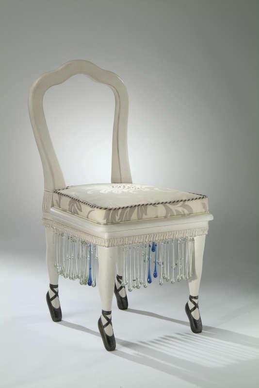La chaise Ballerine fabriquée dans les Vosges par la manufacture Henryot & Cie fondée en 1867 bénéficie de la première indication géographique pour les meubles,« siège de Liffol».