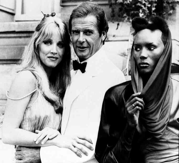 Avec les comédiennes Tanya Roberts, et Grace Jones, devant le château de Chantilly, alors qu'ils tournent«Dangereusement vôtre », en août 1984. Il aété nommé en 1991 ambassadeur itinérant du Fonds des Nations unies pour l'enfance.