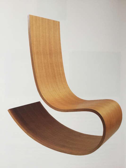 Rocking-chair en bois de merisier de Richard Peduzzi (Atelier de recherche et de création du Mobilier national, 1992).