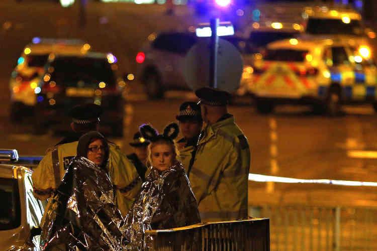 Deux spectratrices secourues après avoir fui la salle. Tous les témoins ont parlé d'une explosion qui a paniqué tout le monde.
