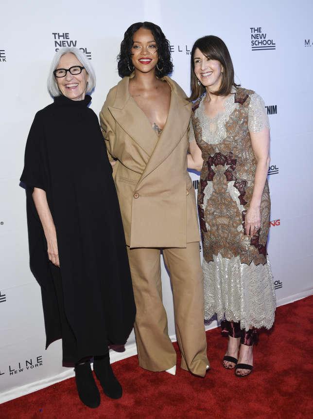 Très impliquée dans le développement durable, la styliste Eileen Fisher (à g., avec Rihanna et Neiman Marcus, le patron de Karen Katz, le 22 mai à New York) a déclaré vouloir « aider à créer une économie mondiale qui bénéficie aux gens et à la planète».