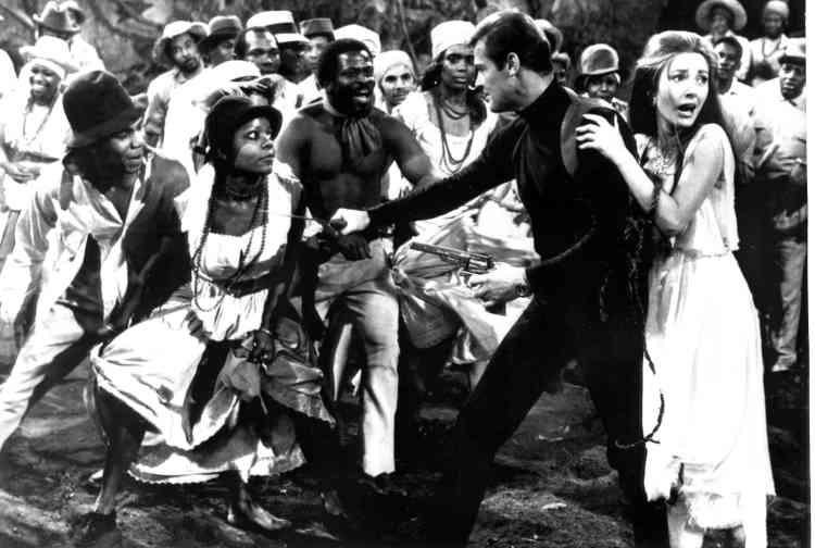 Une scène du film «Vivre et laisser mourir». On peut aperçevoir Jane Seymour à droite.Son personnage de «Perfect Gentleman», il l'avait auparavant rodé dans la série télévisée «Le Saint» («The Saint») de 1962 à 1969. Le rôle de Simon Templar lui a offert le succès mondial, confirmé par une autre série, «Amicalement vôtre» («The Persuaders!», 1971-1972).