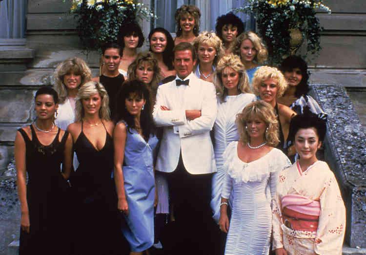 L'acteur britannique Roger Moore, au centre, avec des membres de l'équipe du film «Dangereusement vôtre», au château de Chantilly, le 17août 1984.«Dresser le sourcil pour Bond était une chose mais sensibiliser l'opinion pour la cause des enfants est beaucoup plus important», avait-il déclaré à la BBC le 15 juin 2003.