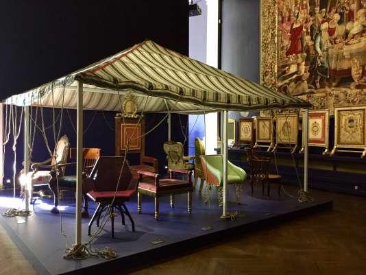 Sous la tente, les assises ayant appartenu à des chefs d'Etat, avec au premier plan le fauteuil en cannage de Pierre Paulin pour François Mitterrand en 1984.