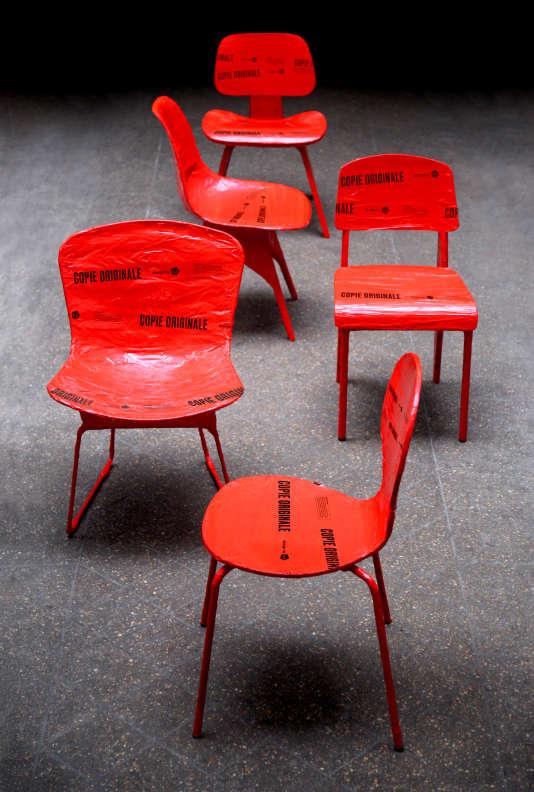 Des copies de chaises« dans le style de...» Le Corbusier, Charlotte Perriand, Jean Prouvé... enrubannées par les 5.5 designers pour dénoncer les contrefaçons.