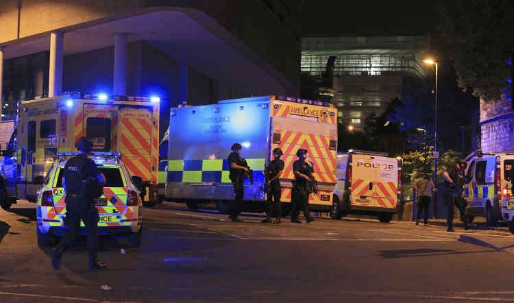 Des policiers près de la salle de concert de la Manchester Arena. La police britannique considère qu'il s'agit «jusqu'à preuve du contraire d'un incident terroriste».