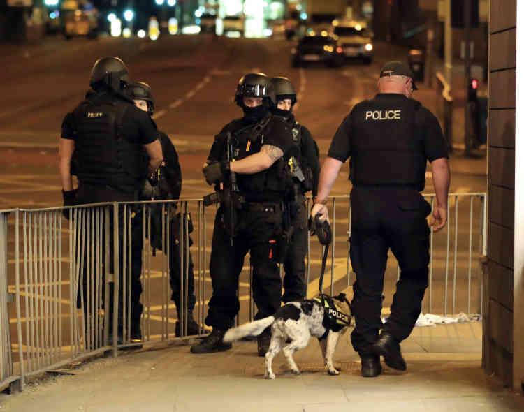 La police, qui avait trouvé un «colis suspect» sur les lieux, et a procédé à une «explosion contrôlée», appelant les gens à ne pas paniquer. Le paquet contenait finalement des vêtements.