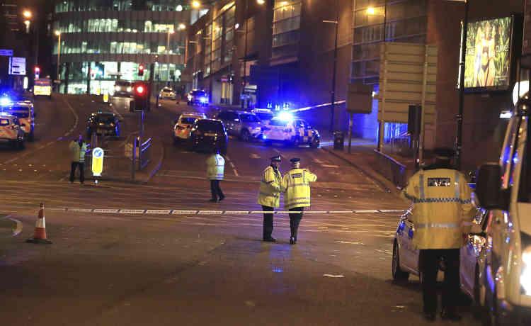 Avertie à 22 h 33 ( heure locale ), la police a sécurisé le quartier autour de la Manchester Arena et de la gare de Victoria.