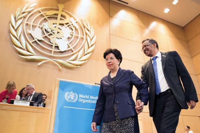 «L'OMS s'est affirmée ces dernières années comme un acteur majeur dans la lutte contre le changement climatique, et a joué un rôle clé dans la reconnaissance des menaces que celui-ci fait peser sur la santé publique». (Photo : La Chinoise Margaret Chan, la directrice générale sortante de l'Organisation mondiale de la santé, donne la main à celui qui va la remplacer à la tête de l'OMS, l'Ethiopien Tedros Adhanom Ghebreyesus, premier Africain élu à ce poste).