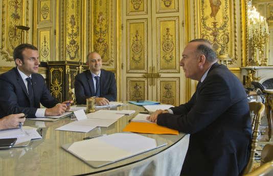 « Il est impératif que le gouvernement mette au cœur de ses réflexions les TPE-PME, les artisans, les commerçants et les professionnels libéraux. Ils constituent la trame de notre tissu économique» (Photo: le président Emmanuel Macron reçoit le président du Medef, Pierre Gattaz, à l'Elysée, le 23 mai).