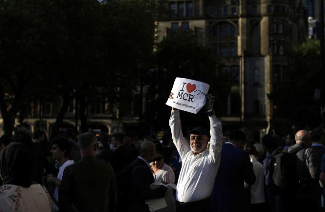 Plusieurs centaines de personnes se sont rassemblées en fin d'après-midi mardi23mai pour rendre hommage aux victimes de l'attentat-suicide de Manchester.