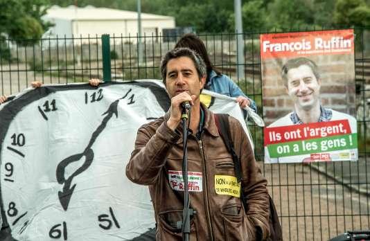 François Ruffin au micro le 14 mai devant l'usine Whirlpool France d'Amiens.