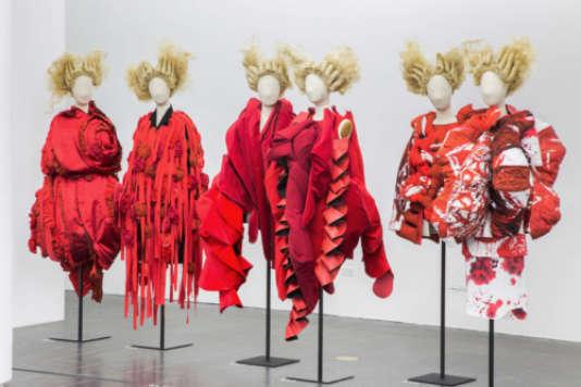 Les coiffes fantasques de Julien d'Ys dans l'expositionRei Kawakubo au Costume Institute du Metropolitan Museum (Met) de New York.