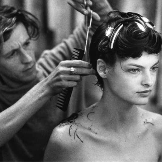 Julien d'Ys réalisant une nouvelle coupe à la mannequin Linda Evangelista, à la fin des années 1980