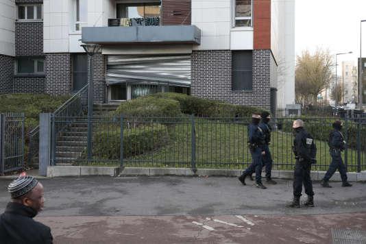 Patrouille devant le commissariat de police vandalisé dans le quartier de la Rose-des-Vents à Aulnay-sous-Bois (Seine-Saint-Denis) le 7 février.