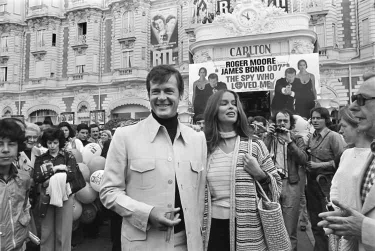 L'acteur britannique Roger Moore et l'actrice américaine Barbara Bach devant l'hôtel Carlton lors de la présentation du film «L'espion qui m'a aimé» pendant le 30e Festival de Cannes, le 20 mai 1977.