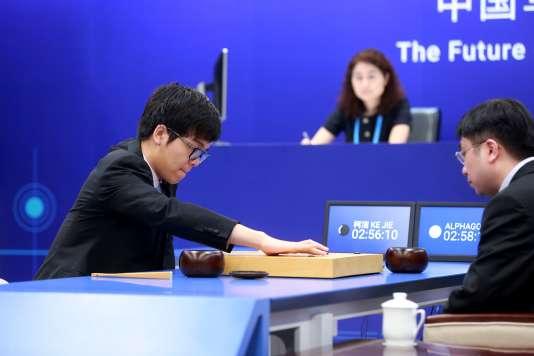 Ke Jie (a gauche) a perdu sa première partie contre l'intelligence artificielle AlphaGo mardi 23 mai.