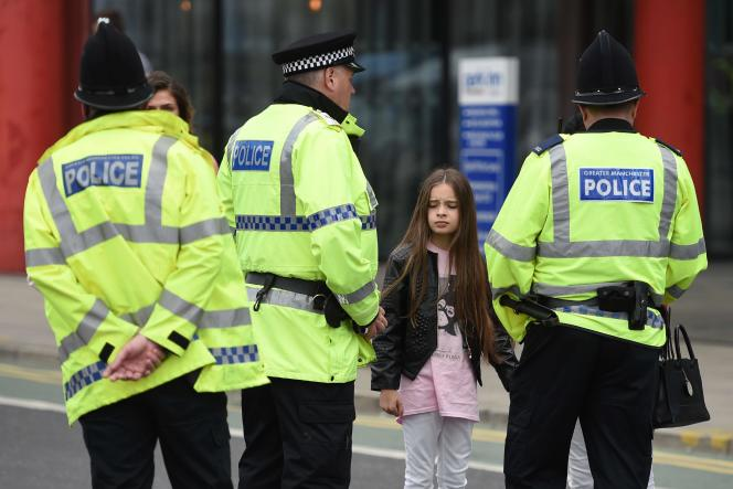 Une jeune fan de la chanteuse Ariana Grande, le 23 mai, au lendemain de l'attentat commis dans une salle de concert à Manchester.