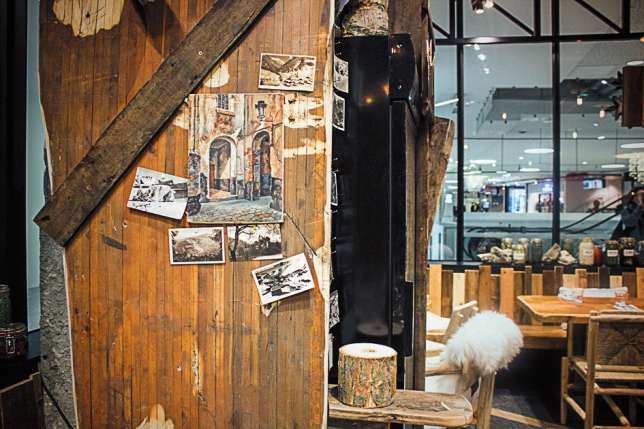 Le décor de béton brut, plaids de laine et boiseries.