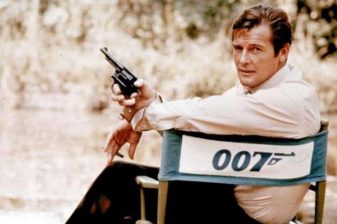 Roger Moore joue le rôle de James Bond en 1972 en Angleterre.