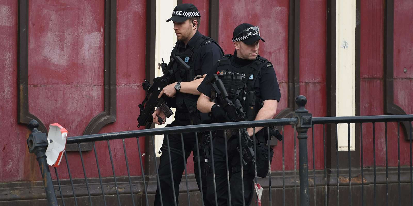 Armed police patrol near Victoria station in Manchester, northwest England on May 23, 2017. Twenty two people have been killed and dozens injured in Britain's deadliest terror attack in over a decade after a suspected suicide bomber targeted fans leaving a concert of US singer Ariana Grande in Manchester. / AFP / Oli SCARFF