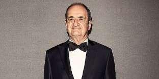 Huit ans après, Pierre Lescure est le tout nouveau président du Festival de Cannes, ce qui l'oblige à sortir régulièrement le smoking. En l'occurrence, celui-ci, équipé de revers pointe, de poches passepoilées simples et d'un unique bouton couvert de satin, est parfaitement digne de ce nom. À un détail près tout de même. Le petit triangle blanc qui apparaît entre le bouton de la veste et le haut du pantalon matérialise un problème fondamental : ce pantalon de smoking est beaucoup trop taille basse.