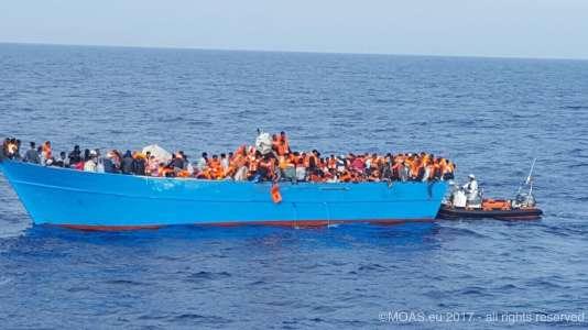 Des gilets de sauvetage sont distribués aux migrants secourus.