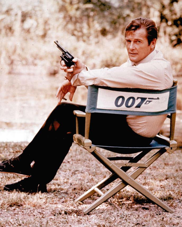 L'acteur Roger Moore en 1972 en Angleterre.