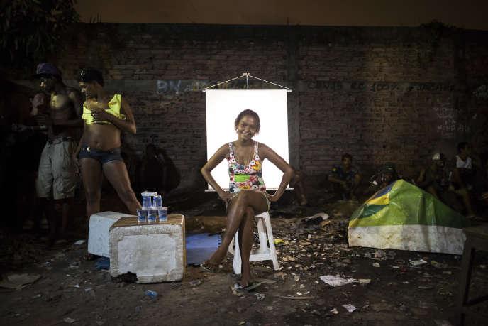 Mars 2015, dans un « Cracolandia» de Rio de Janeiro. Carla Cristina, 26 ans, vend des canettes d'eau en aluminium que les crackeurs utilisent ensuite pour se fabriquer des pipes et fumer leur drogue.