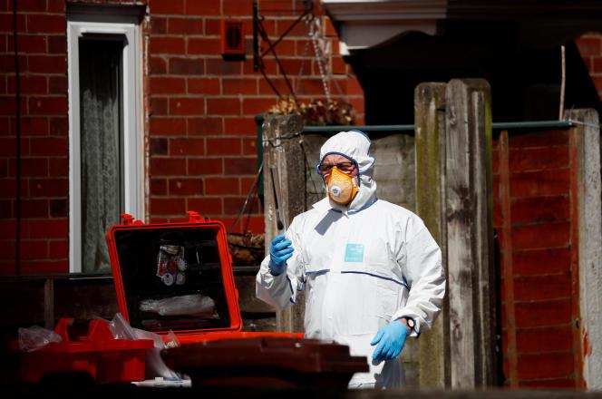 Les enquêteurs fouillent une résidence au sud de Manchester (Grande-Bretagne), le 23 mai.