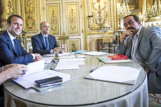 Le président de la République, Emmanuel Macron, reçoit le secrétaire général de la CGT, Philippe Martinez, à l'Elysée, mardi 23 mai.
