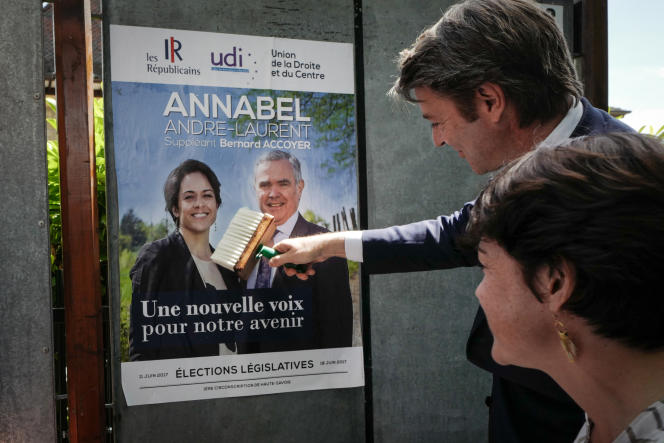François Baroin colle une affiche de campagne de la candidate LR Annabel Andre-Laurent, le 23 mai à Annecy.