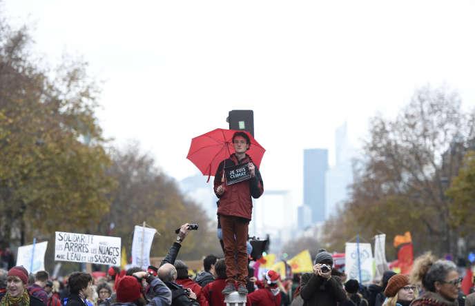 Un militant tient une pancarte « Je suis le climat», lors de la COP21 à Paris en 2015.