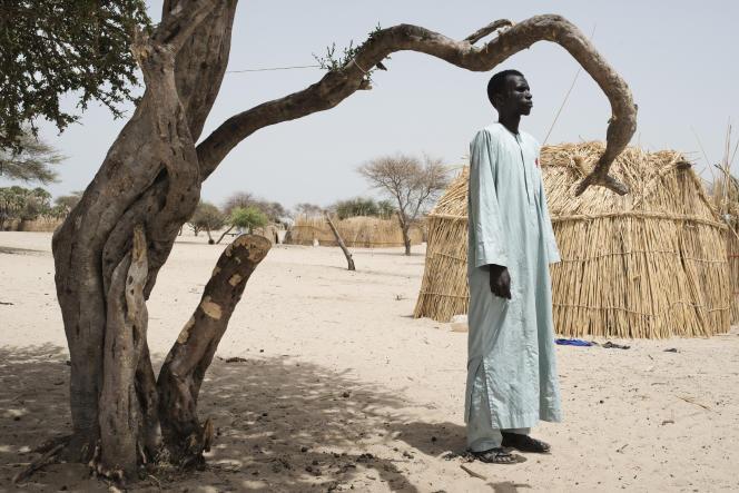 Moussa Kadi, ici à l'entrée du village de Koulkimé, au Tchad, a été enlevé par la secte djihadiste et était devenu un de ses combattants, avant de se rendre aux autorités.
