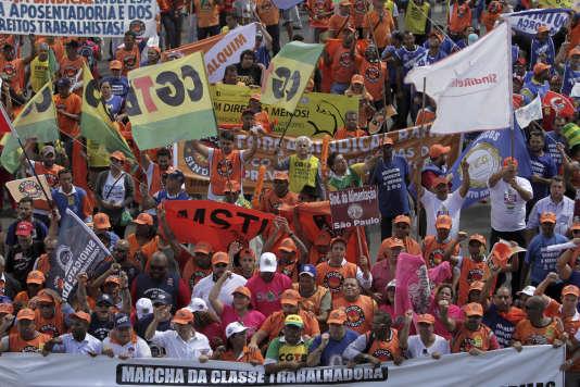 Au moins 35 000 personnes ont manifesté contre le président, dans la capitale fédérale, le 24 mai.