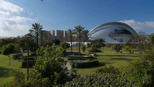 D'ouest en est, les jardins du Turia mènent jusqu'à la futuriste Cité des sciences.