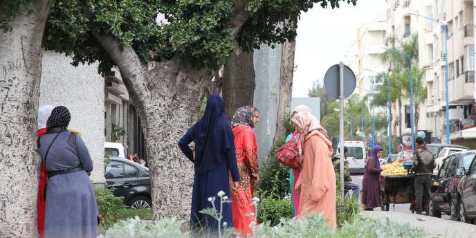 Des domestiques dans le petit parc du quartier Aïn Chock, à Casablanca, au Maroc, en mai 2017.