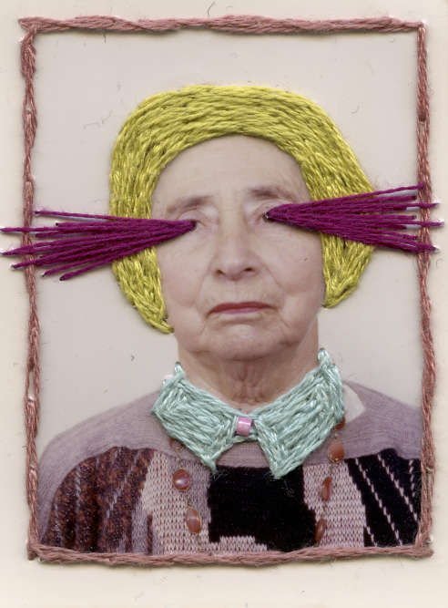 Exposition « Sabotage familial» : avec humour et dérision, Manon Weiser s'inspire de photos anciennes pour les détourner de leur fonction première. Elle « tisse» une histoire personnelle entre le modèle et ses recherches plastiques en intervenant – avec des fils de couleurs – directement sur l'image.