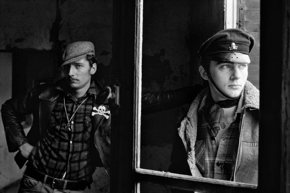 Exposition «Blousons noirs»: dans les années 1950, le rock'n'roll arrive en France. Les vrais ou faux rockeurs se multiplient, se réunissant en bandes ou en clans. Nommés également les « loubards », ils deviennent les figures incontournables d'une jeunesse en quête de nouveaux repères.