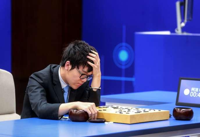 Le champion du monde de go, Ke Jie, dispute une deuxième partie contre l'intelligence artificielle AlphaGo, le 25mai 2017, en Chine.
