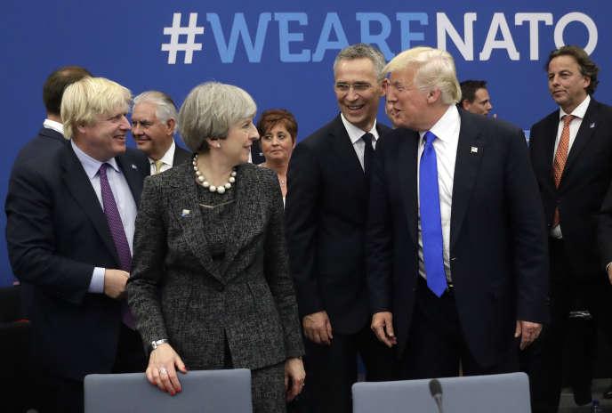 Donald Trump blaguant avec Boris Johnson (à gauche), alors ministre britannique des affaires étrangères, lors d'unsommet de l'OTAN, en 2017.