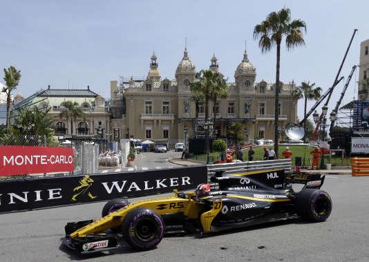 Le pilote Renault Nico Hulkenberg prend la pose, jeudi 25 mai, sur la piste monégasque, où la marque au losange lançait les festivités pour ses 40 ans en F1.