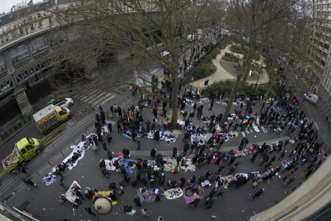 Le quartier de La Chapelle, dans le XVIIIème arrondissement de Paris, où de nombreux vendeurs à la sauvette prospèrent, abrite par ailleurs depuis plusieurs années de nombreux migrants de passage.