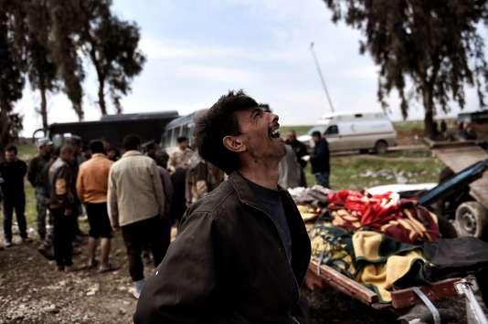 Un homme criant après l'attaque américaine à l'est de Mossoul, le 17 mars.