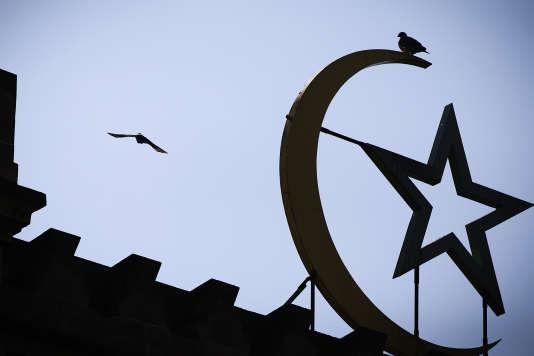 La Grande Mosquée de Paris accueillait jeudi 25 mai une courte cérémonie au cours de laquelle le Conseil français du culte musulman a annoncé la date de début du ramadan.