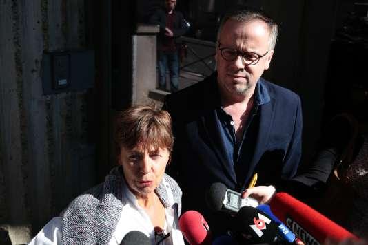 La mère de Mathias Depardon, Danièle Van de Lanotte, et le secrétaire général de Reporters sans frontières, Christophe Deloire, devant l'ambassade turque à Paris, le 25 mai.