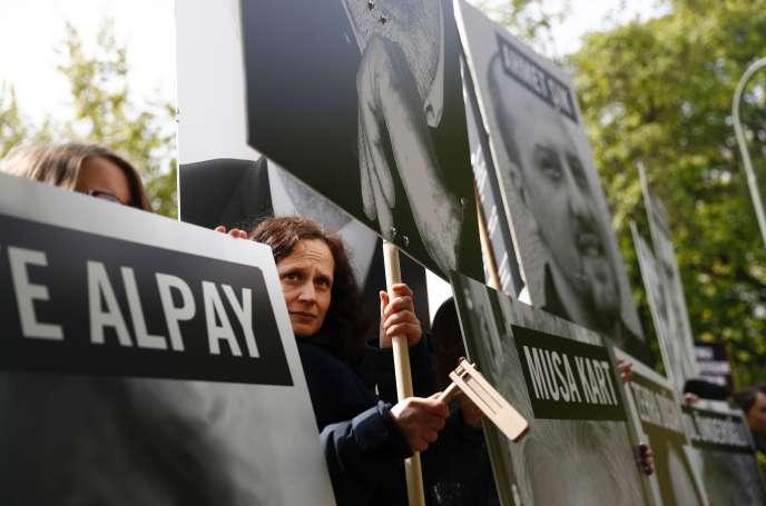 Des manifestants brandissent les portraits de journalistes emprisonnés en Turquie, devant l'ambassade turque à Berlin, le 3 mai.