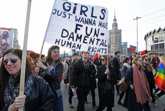 Le 5 mars, trois jours en avance sur la journnée internationale du droit des femmes, des polonaises ont défilé pour défendre leur droits.