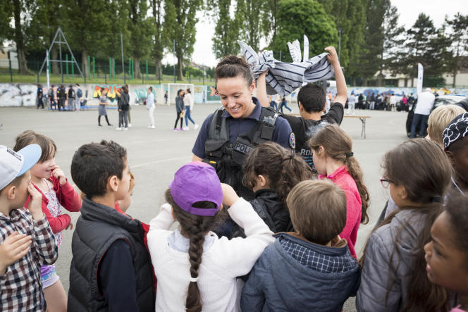 Caroline, policière à Paris, présente tout l'attirail des fonctionnaires aux enfants d'Aulnay-sous-Bois (Seine-Saint-Denis), mercredi 24mai.